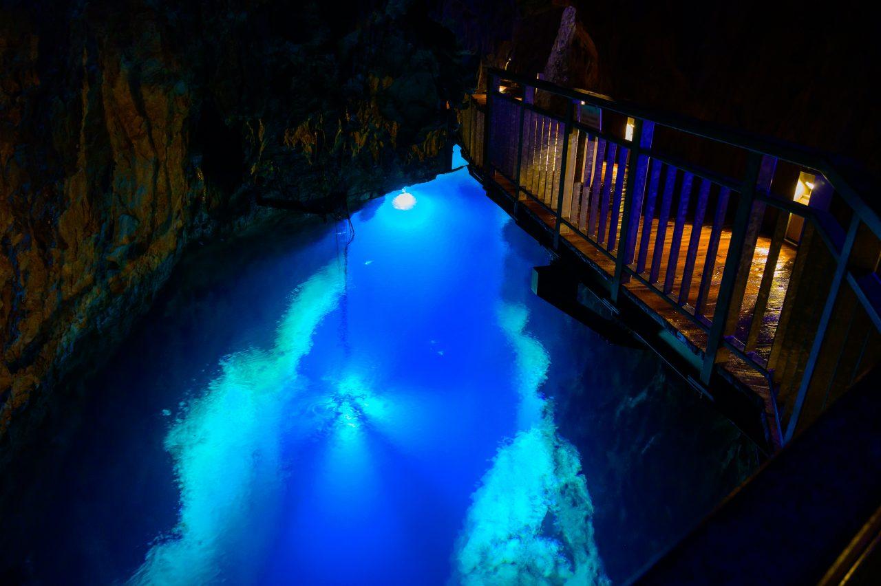 龍泉洞の地底湖は国内有数の透明度