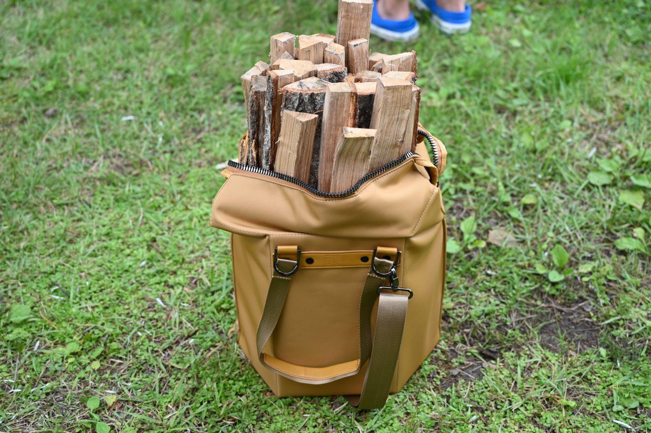 キャンプ場の管理等で買った薪の束をサイトまで持ち運ぶ