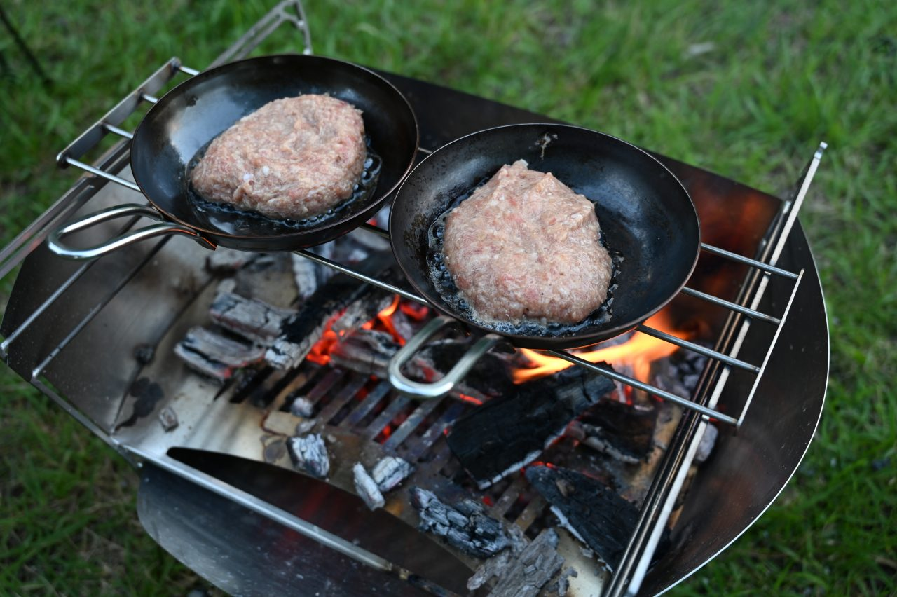 ラプカのごとくにスキレットを置いてハンバーグを焼く