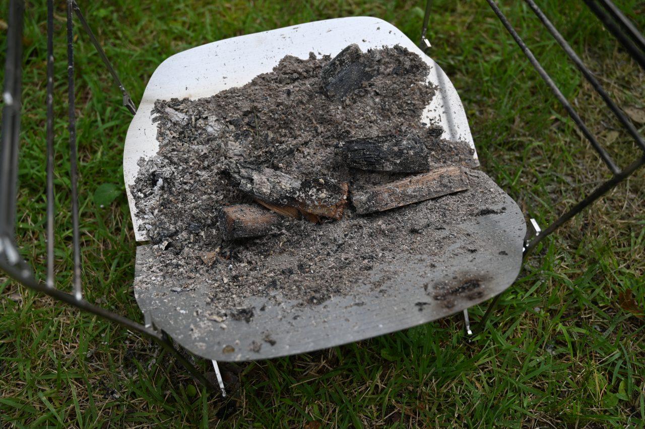 ラプカ使用後の灰や燃えかすは焚き火台ごと持ち運べる