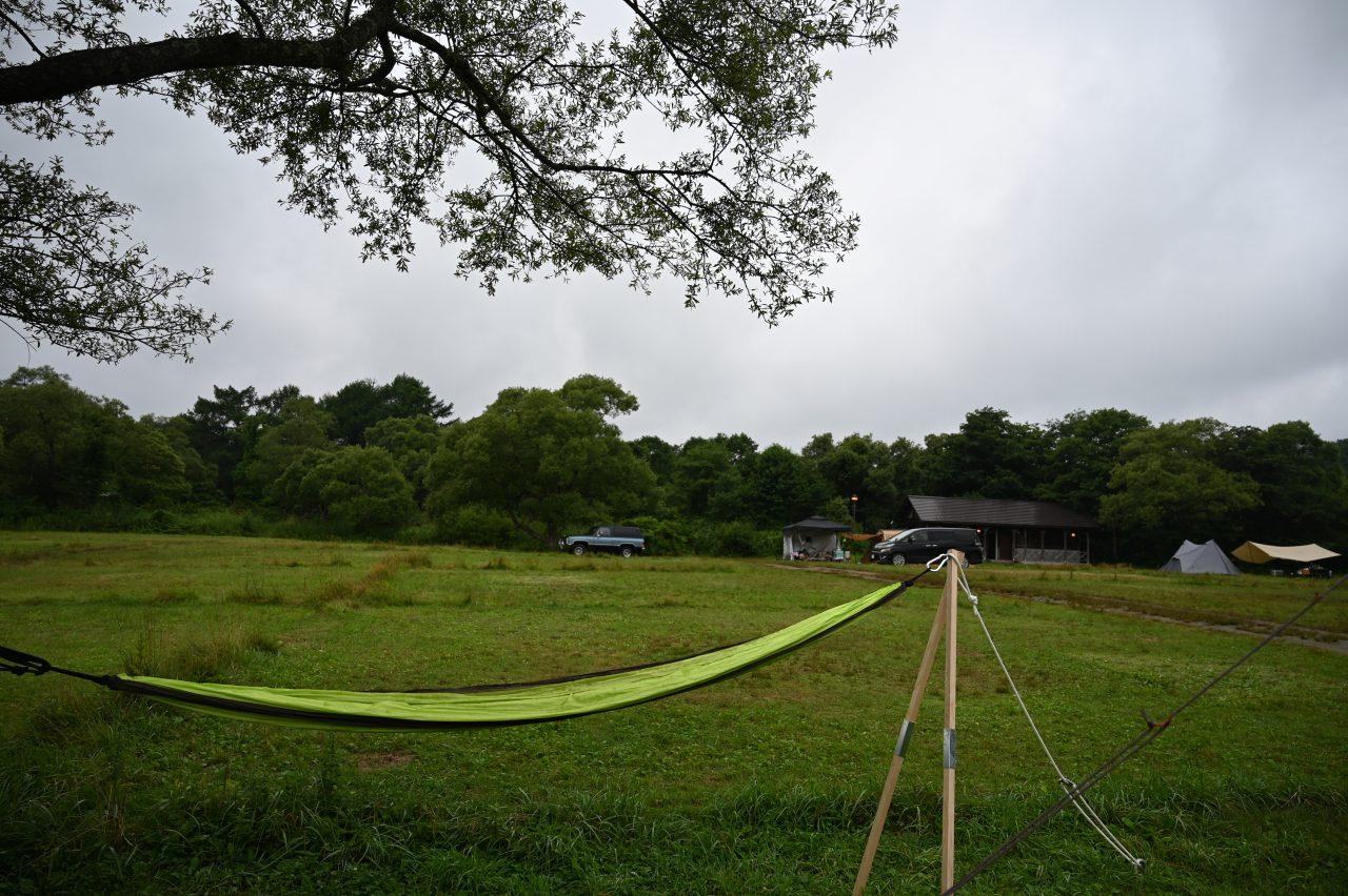 休暇村裏磐梯の区画サイト中央にある立ち木にハンモックを設置