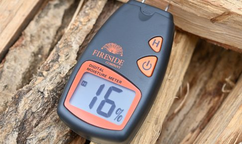 含水率計は薪の断面の木目に沿って刺す