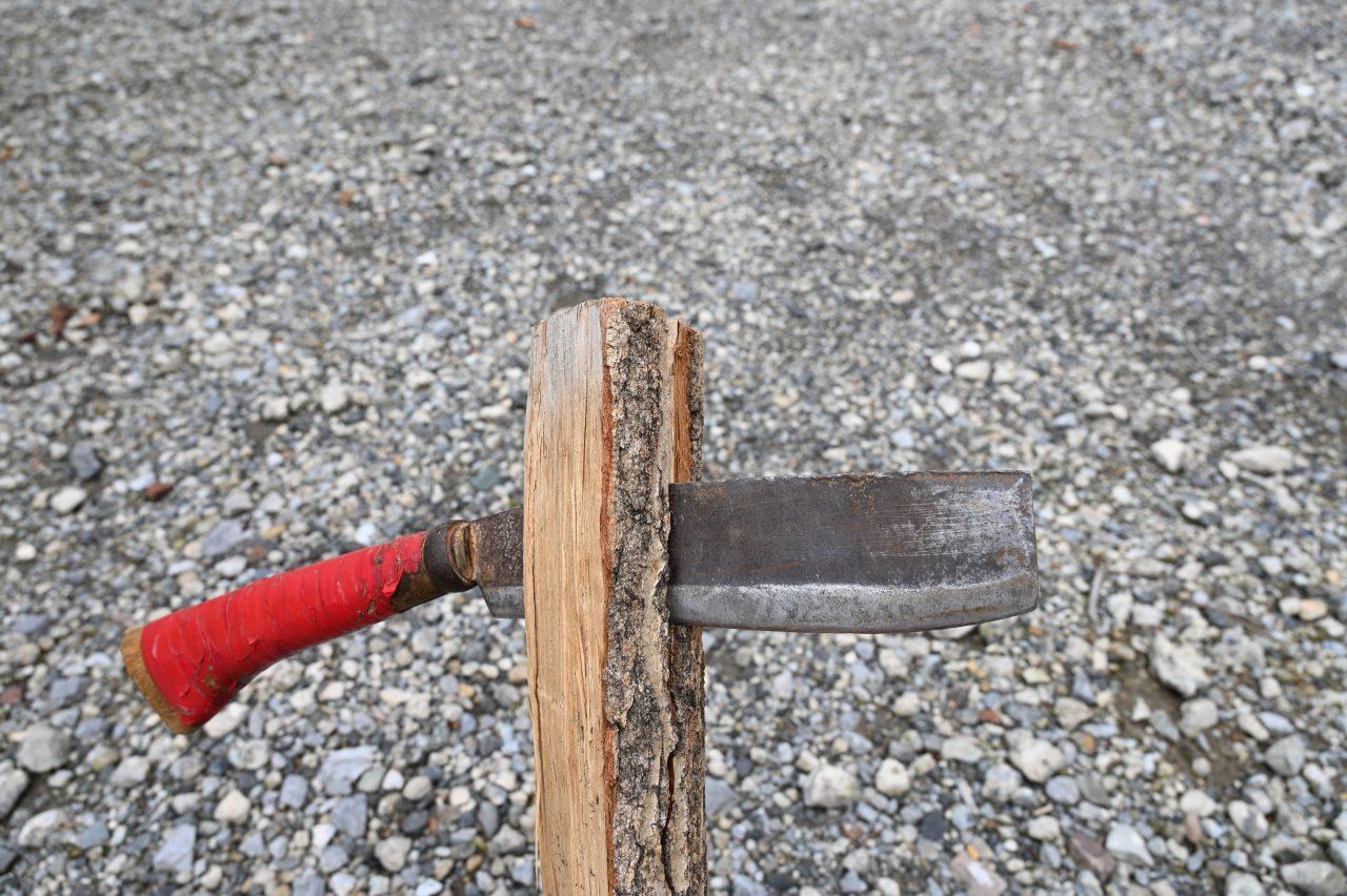 含水率計で水分量を計測するときは薪を割ってからチェック