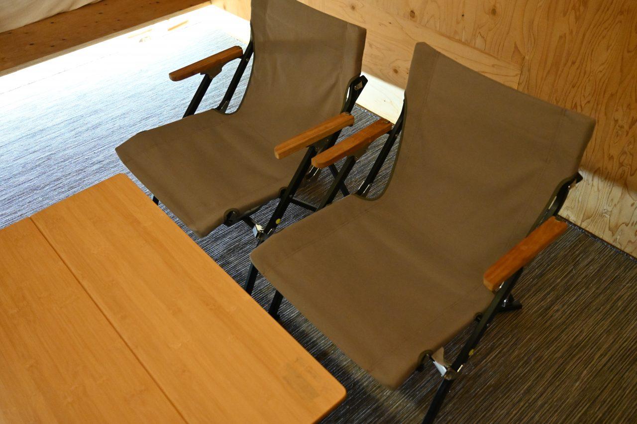 スノーピーク本社のモバイルハウス住箱にはチェアとテーブルあり