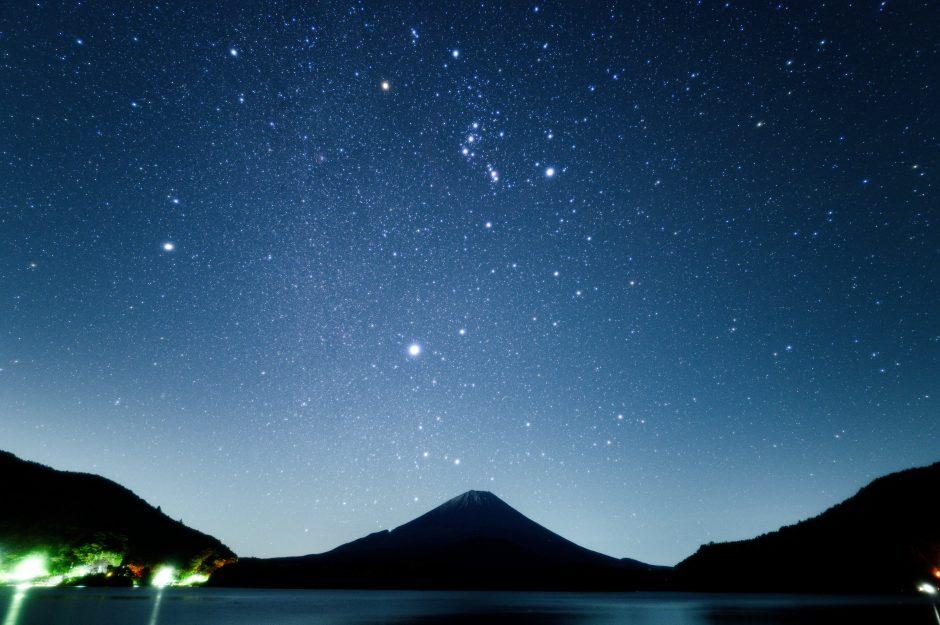精進湖の湖畔で富士山と冬の大三角を撮影