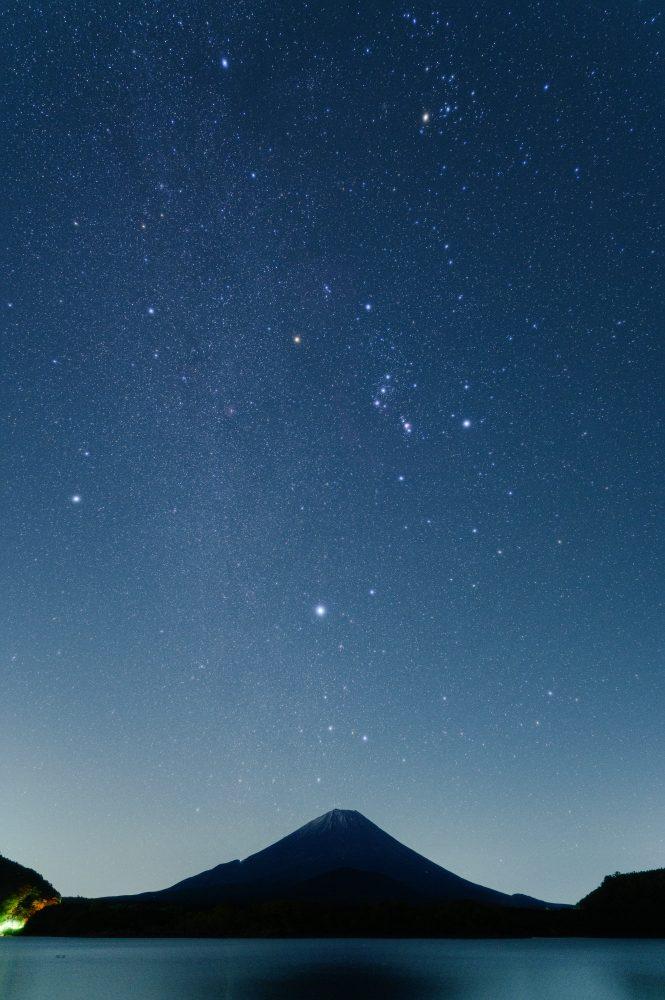 縦構図で撮る冬の大三角と精進湖