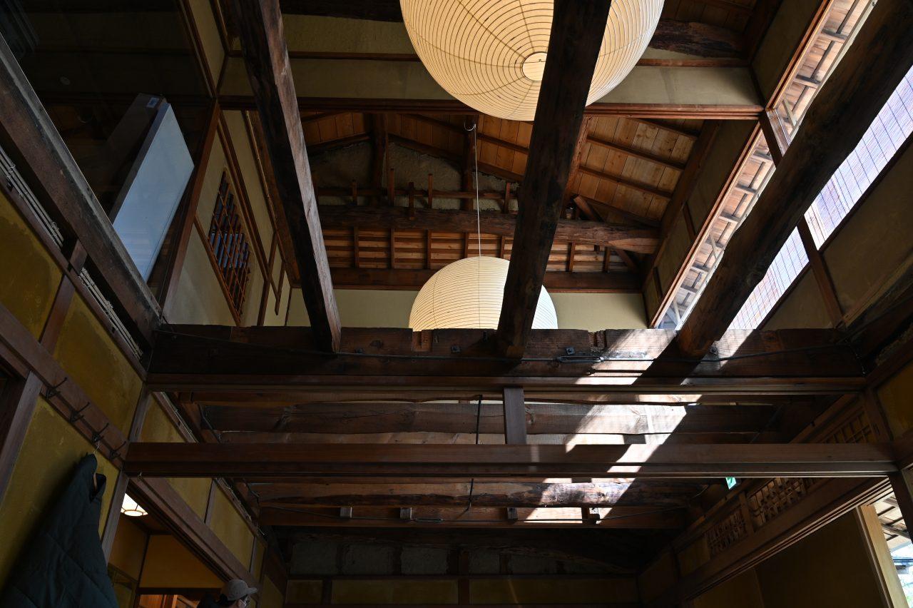 ランドステーション京都嵐山の天井を見上げる
