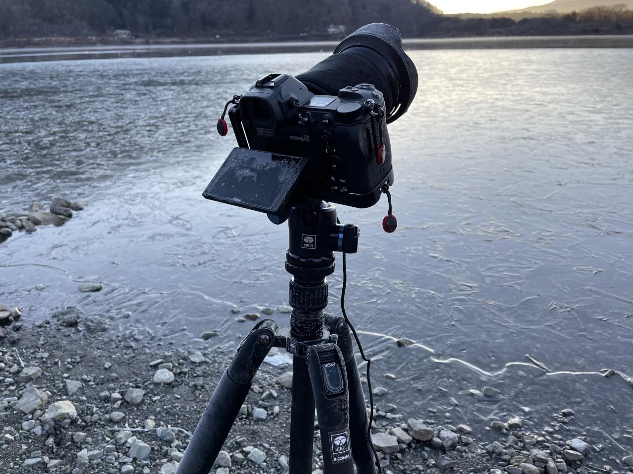 精進湖の湖畔で凍ってしまったカメラと三脚