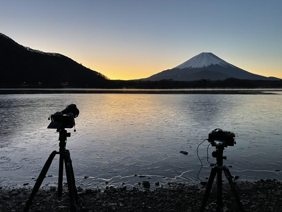 精進湖の湖畔にカメラを2台並べてタイムラプス撮影中