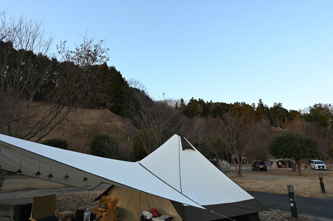 真冬のキャンプでもタープ下で過ごす