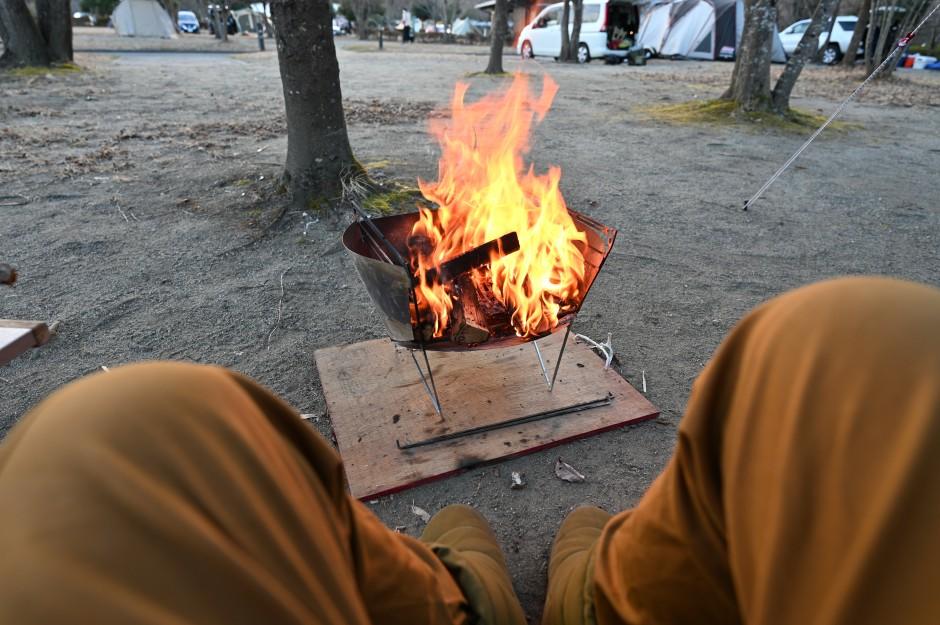 大子グリンヴィラでの冬キャンプ中に焚き火を楽しむ