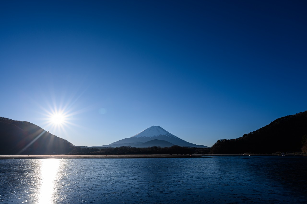 日の出後の精進湖畔で富士山を撮影