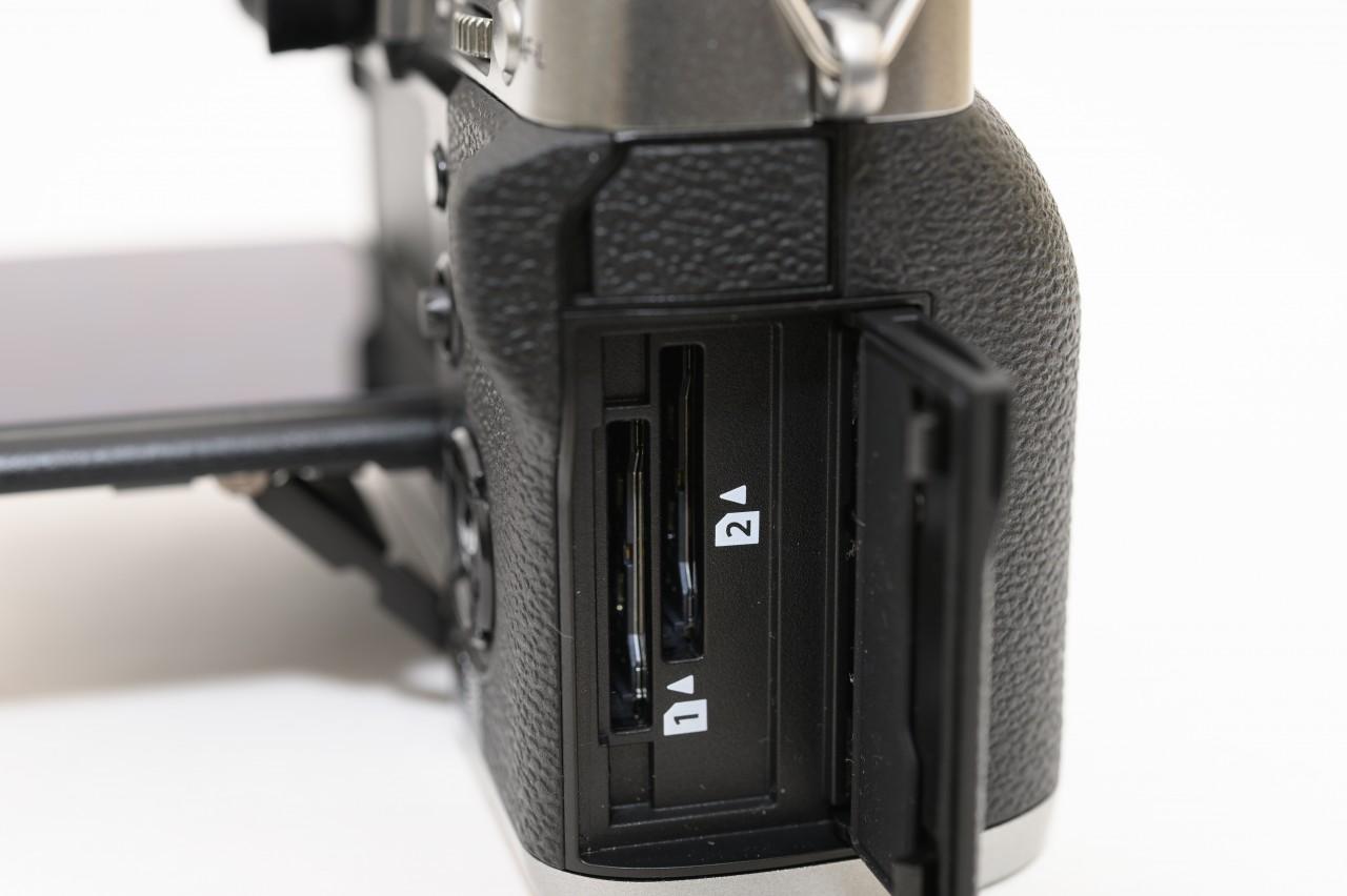 X-T3はSDカードを2枚入れられるダブルスロットに対応