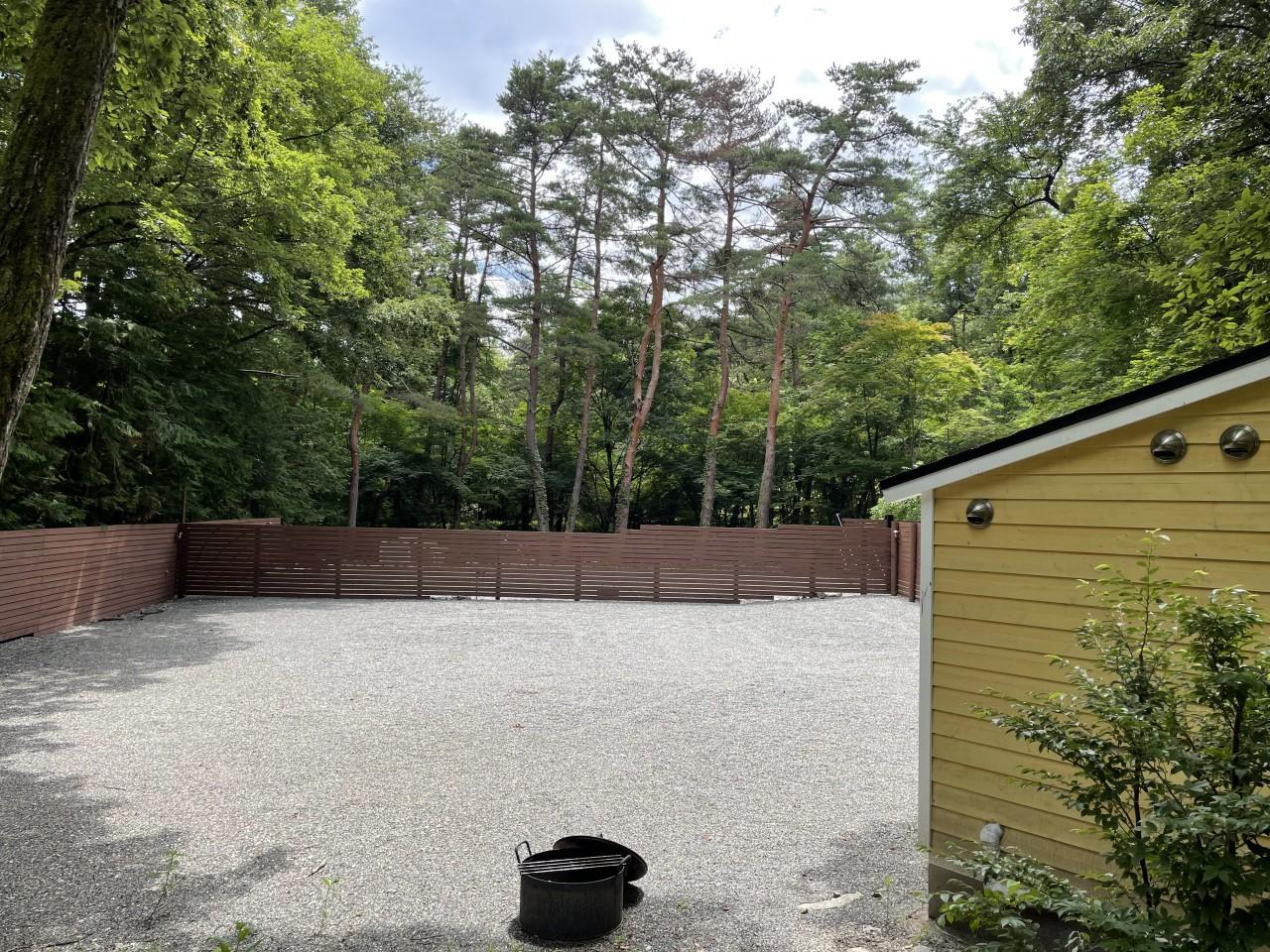 camp 24 白州フィールドは柵に囲まれてプライベート感あり