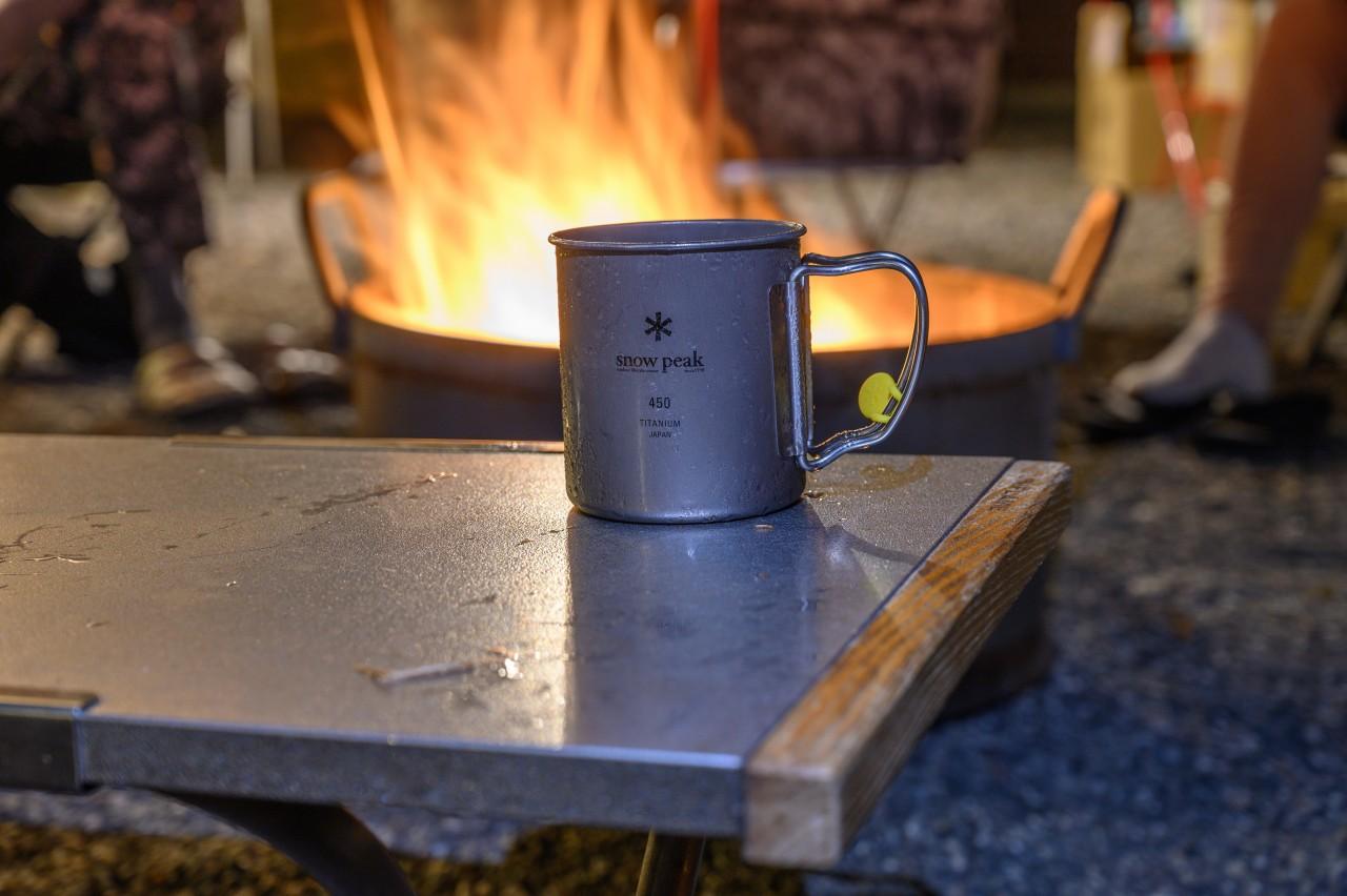 焚き火の近くには焚き火テーブルとチタンマグが似合う