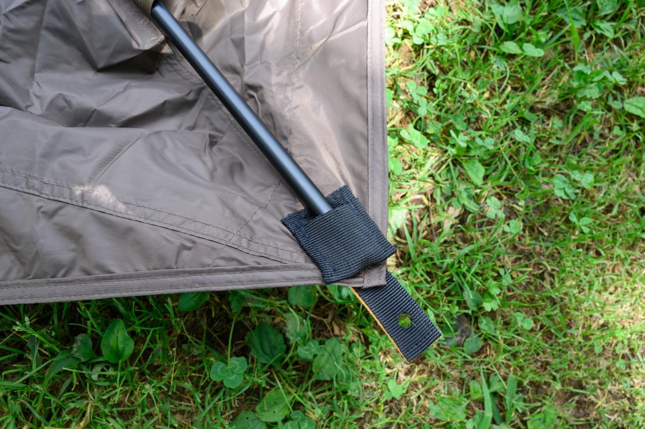 カーサイドタープのフレームは片側がポケットで片側がピン
