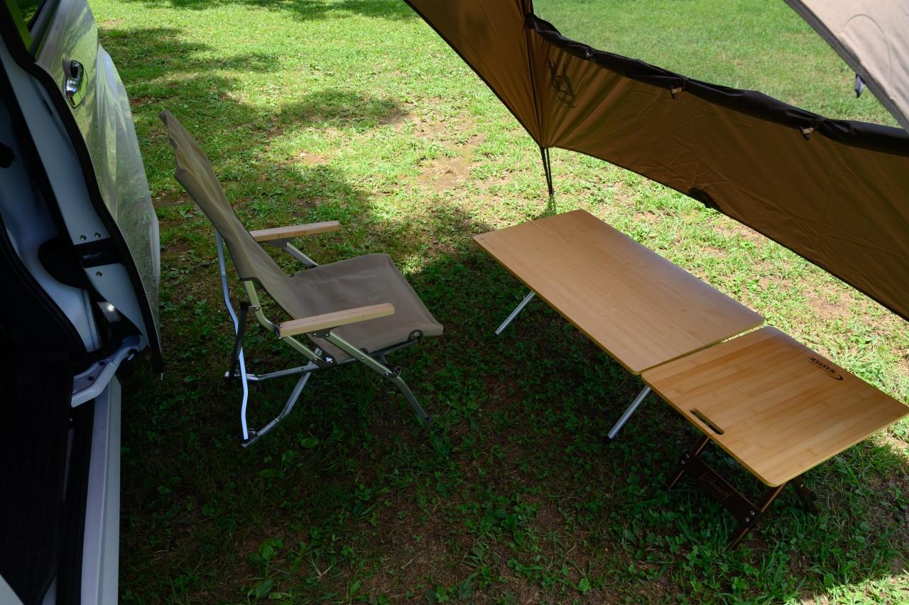 スライドドアであればタープ下のキャンプ道具と干渉しにくい