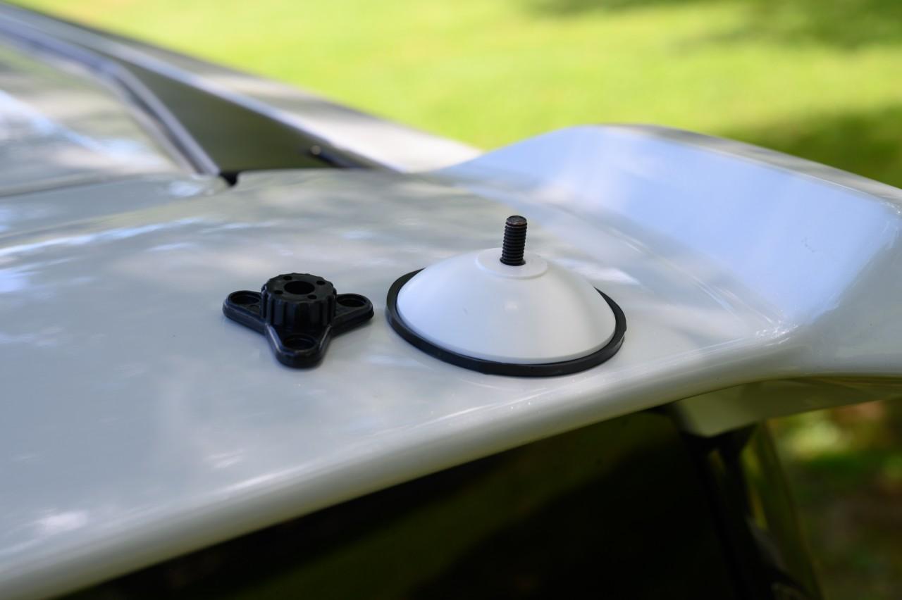 リアスポイラーに吸盤を取り付けてタープを連結