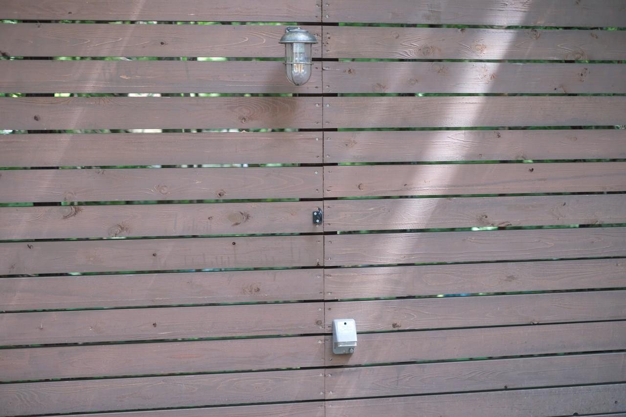 camp24白州フィールドの各サイトには壁にAC電源あり