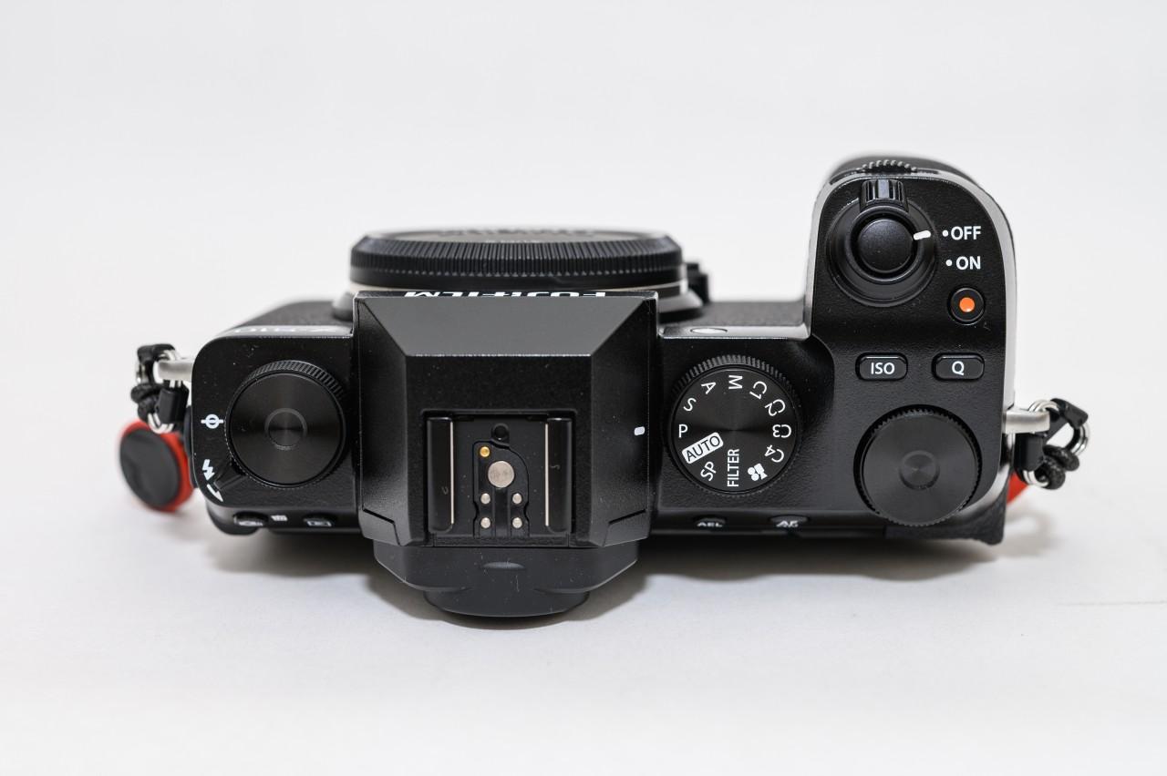 X-S10のダイヤル操作は他社のカメラとほぼ同じ