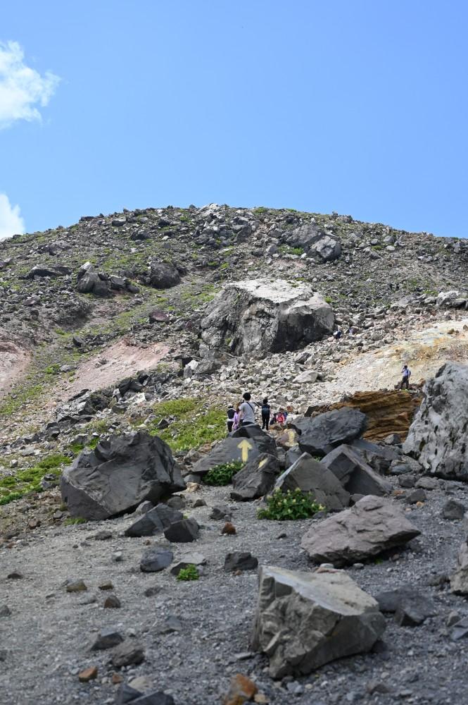 那須岳は前半がザレ場で後半がガレ場で足元が悪い
