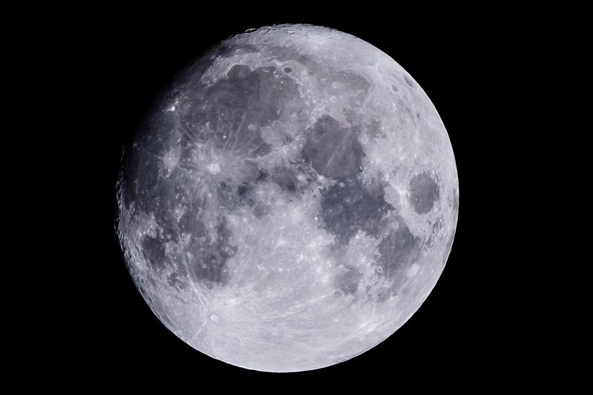 満月の2日前を望遠レンズで撮ってみた