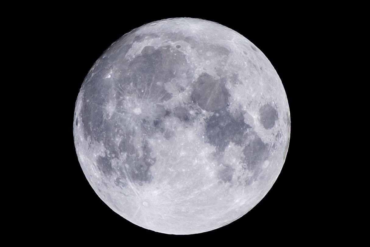 満月の前日を望遠レンズの開放で撮ってみた